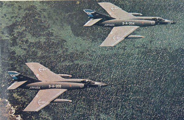 Deux Super Etendard argentins qui filent au ras des flots, une image typique des Malouines.