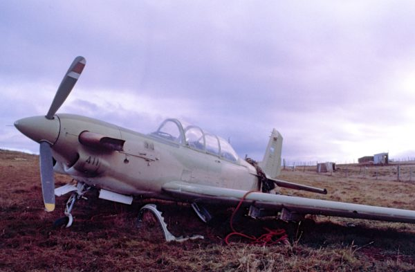 Un Beechcraft T-34C argentin après le passage des commandos SAS.
