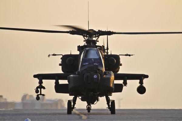 Un McDonnell Douglas AH-64A se prépare au décollage depuis Bagram AAF.