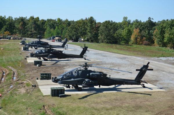 Des AH-64A en attente sur les hélipads de Fort Campbell AAF.