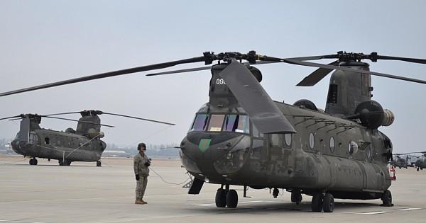 Deux Boeing-Vertol CH-47F en préparatifs sur le tarmac de Fort Carson AAF.