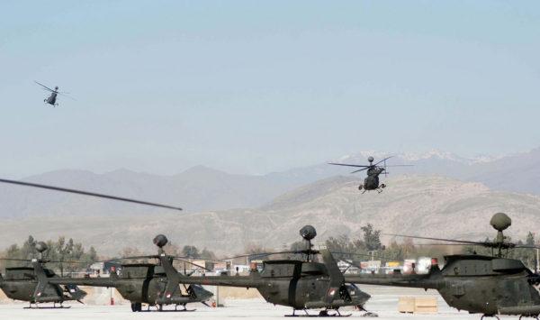 Bell OH-58D au décollage depuis Jalalabad AAF en Afghanistan.
