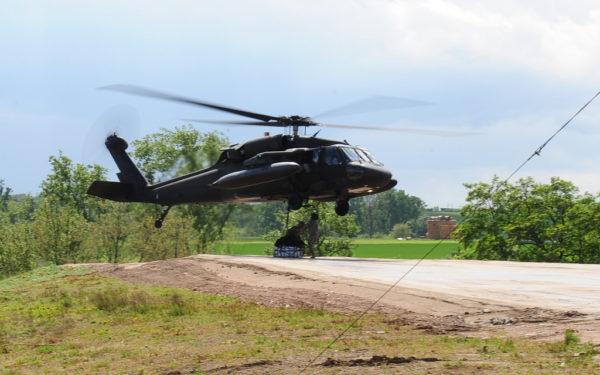 Un Sikorsky UH-60L se prépare à s'entraîner à une mission de transport sous élingue depuis Wiesbaden AAF.