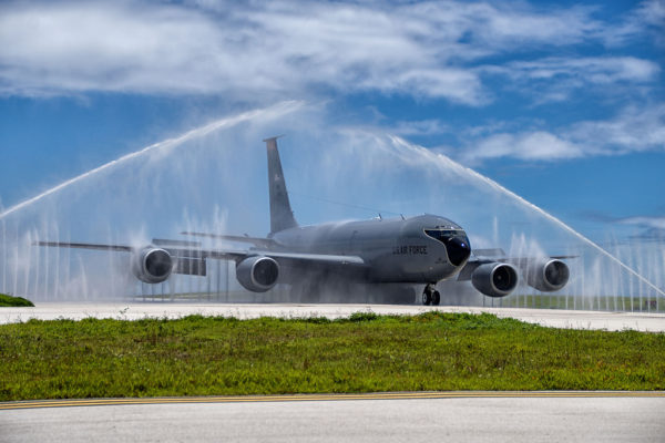 """Un Boeing KC-135R """"passe à la douche"""" à Andersen-AFB."""