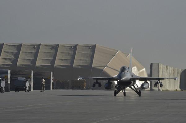 Prêt pour le combat un F-16C sur le tarmac afghan de Bagram AB.
