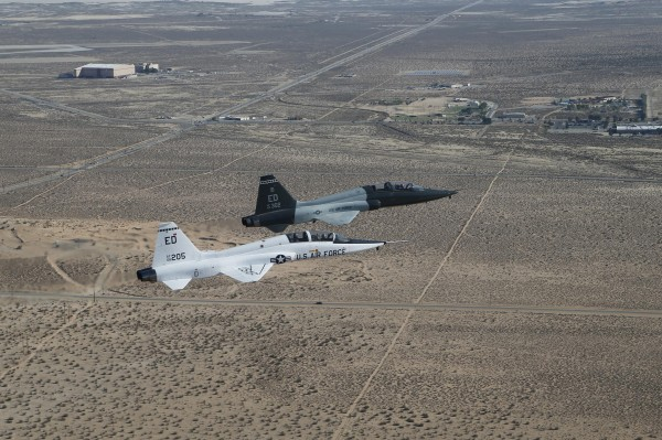 Deux Northrop T-38A survolent Edwards-AFB.