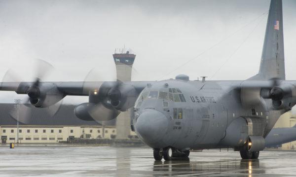 Un Lockheed C-130H sur le tarmac d'Elmendorf-AFB.