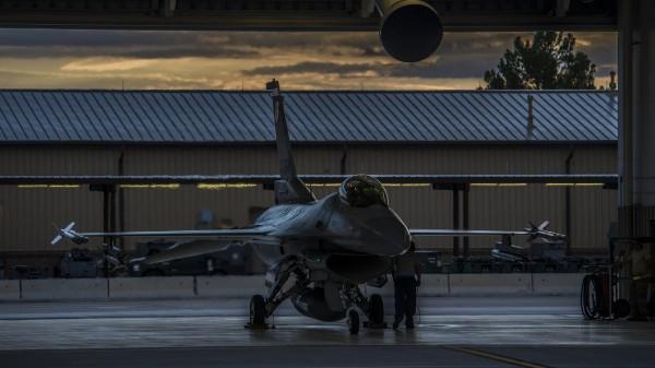 Bien à l'abri un F-16C paré pour opérations depuis la base d'Holloman.