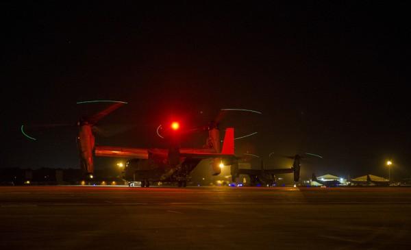 Deux CV-22B se préparent pour une mission de nuit depuis le tarmac de Hurlbert Field-AFB en Floride.