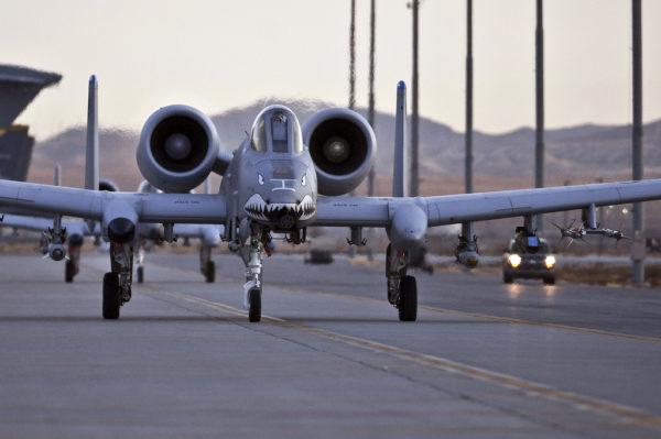 Armés et opérationnels deux A-10A sur la piste de Moody-AFB.