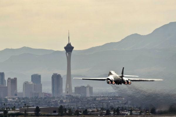 Un Rockwell B-1B décolle de Nellis-AFB avec en arrière plan la ville de Las Vegas.