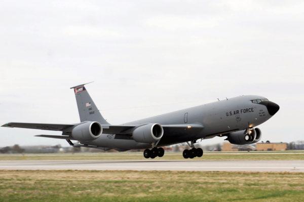 Un Boeing KC-135R s'arrache du tarmac de Scott-AFB.