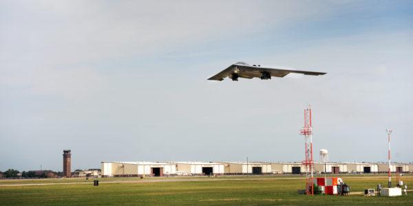 Un Northrop B-2A au-dessus de son antre de Whiteman-AFB.