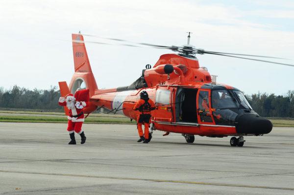 Un Eurocopter MH-65D transporte un passager VIP sur le tarmac de CGAS New Orleans.