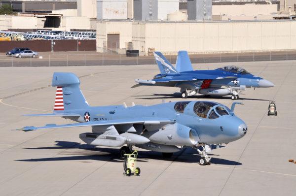 L'EA-6B et son successeur l'EA-18G sur le tarmac de NAS North Island. Remarquez leur livrée vintage.