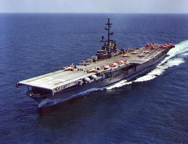 L'USS Antietam (CV36) avec sur le pont des jets d'entraînement T2J Buckeye.