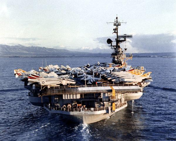 L'USS Coral Sea avec sur son pont Crusader et Phantom II.