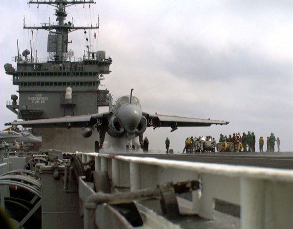 L'USS Enterprise, avec sur le pont, près au catapultage un A-6 Intruder.