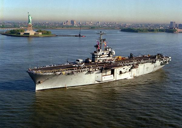 L'USS Guadalcanal (LPH7) avec sur le pont Harrier II et Iroquois.