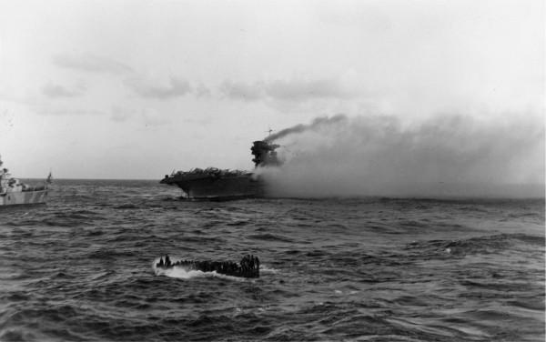 Le porte-avion américain USS Lexington, quelques instants avant qu'il ne sombre.