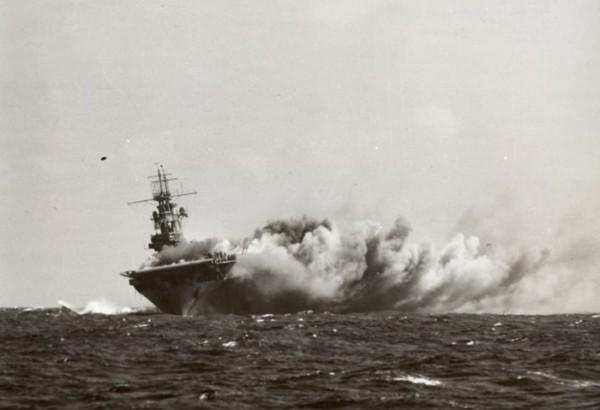 Mortellement touché l'USS Wasp va bientôt couler.