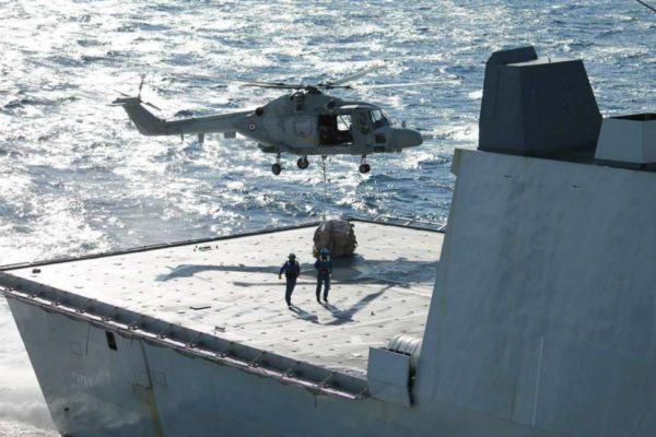Manoeuvre de Vertrep sur le pont du Forbin à l'aide d'un Lynx.