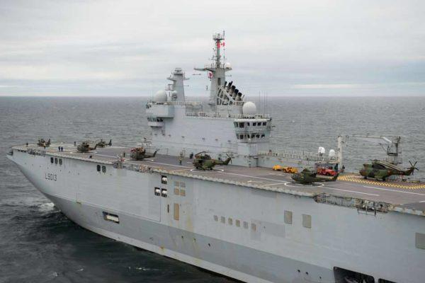 Hélicoptères militaires canadiens et français sur le pont du Mistral lors d'un exercice en Atlantique nord.