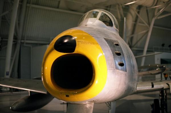 le F-86 sabre exemple des premiers avion a reaction equiper de mitrailleuse