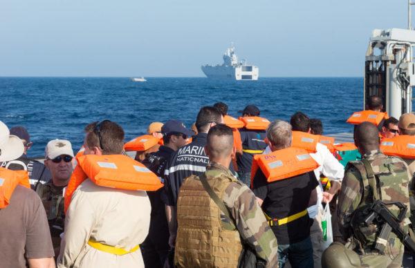 Civils évacués et militaires français gagnent le bord du Dixmude à bord d'une EDAR.