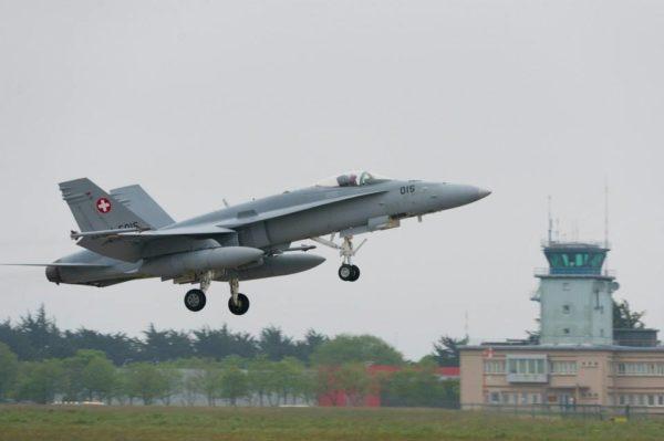 F/A-18 Hornet des Troupes d'Aviation en approche du tarmac de Landivisiau.