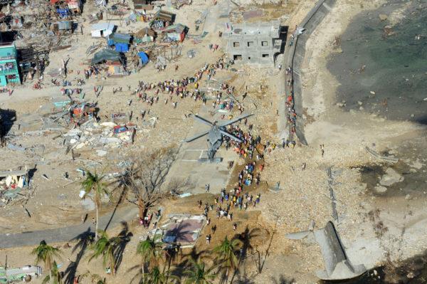 Les hélicoptères humanitaires se posent là où ils peuvent dans un pays ravagé par la violence du typhon.