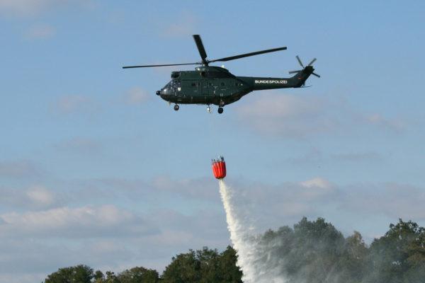 Aérospatiale SA-330J de la police fédérale allemande, utilisé comme bombardier d'eau au moyen d'un Bambi Bucket.