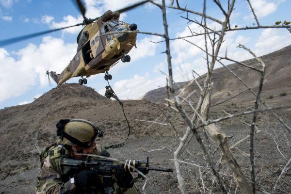 Puma de l'Armée de Terre déposant des commandos lors d'un exercice à Djibouti en 2013.