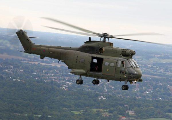 En vol au-dessus d'un paysage typiquement anglais, un Puma HC Mk-1 de la RAF.