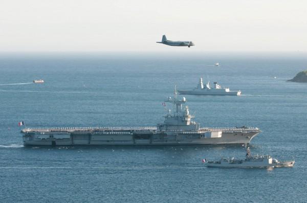 Le Dassault Atlantique vient saluer le Charles de Gaulle.