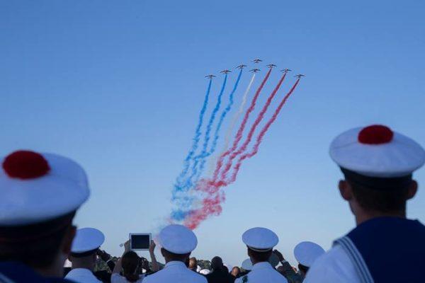 Les fumeroles tricolores de la Patrouille de France viennent honorer le Débarquement de Provence.