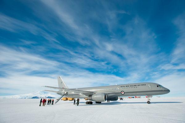 La silhouette de l'avion se détache bien du blanc immaculé de l'Antarctique.