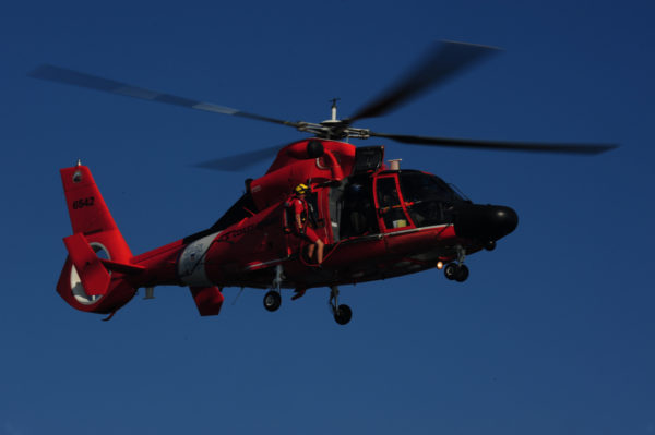 Aérospatiale MH-65C de l'US Coast Guard en intervention.