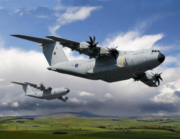 Vue d'artiste présentant deux futurs A-400M aux couleurs de la RAF.