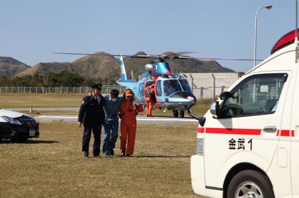 Soldat japonais fraichement évacué par l'Agusta A109.