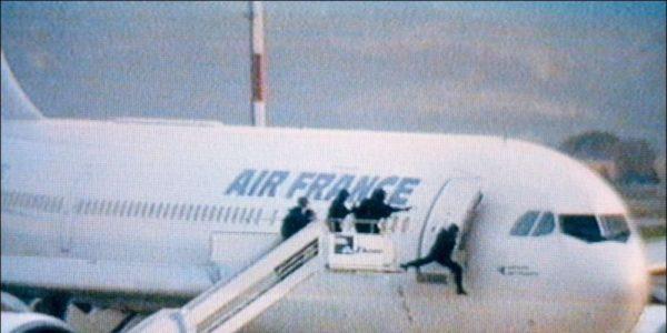 Certainement l'image la plus célèbre de ce 26 décembre 1994 : le GIGN à l'assaut de l'Airbus.