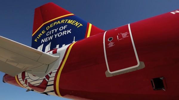 Gros plan sur l'empennage spécialement décoré de l'avion.