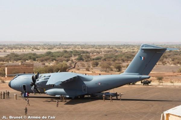 L'A400M Atlas sur le tarmac de Bamako.