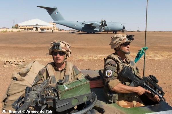 L'Atlas F-RBAB sous bonne garde des soldats français de Serval.
