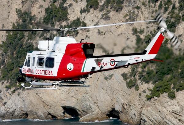 Agusta-Bell AB-412 des gardes-côtes italiens. Notez le FLIR et le phare de recherche visibles sous le nez.