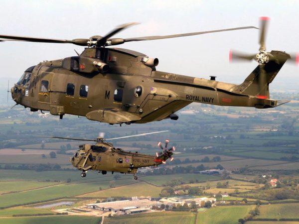Merlin et Sea King en patrouille. Remarquez les marquages Royal Navy.