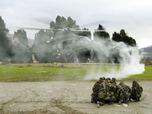 Les fantassins irlandais se préparent à leur extraction par l'AW.139.