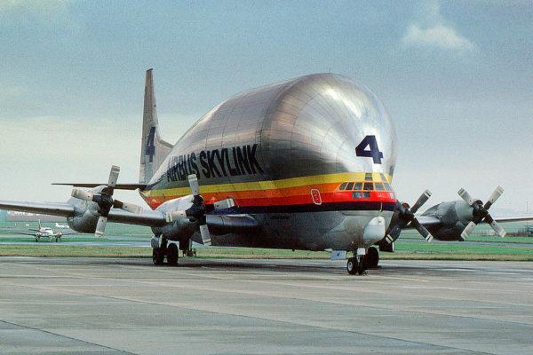 Un Aero Spaceline Supper Guppy aux couleurs d'Airbus Industries dans les années 1980.