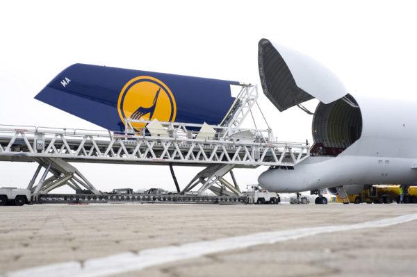 Sur ce cliché le Béluga avale littéralement l'empennage d'un Airbus A380.