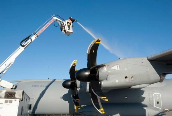 Un technicien canadien dégivre les ailes de l'Airbus A400M Atlas français.